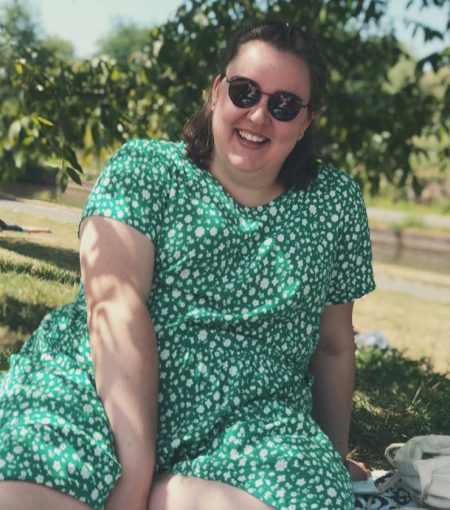 Janine van Nien design zittend in het gras